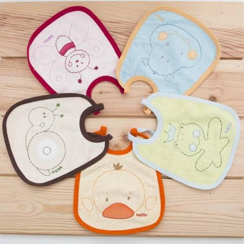 Pack cinco baberos impermeables bordados con cinco animales distintos de la marca Beltin newborn