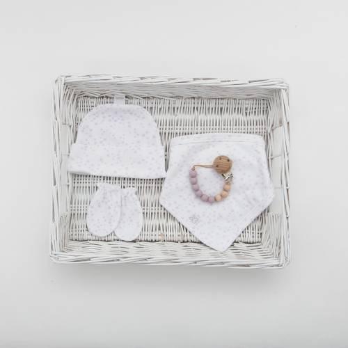 Pack recién nacido compuesto por un gorrito, una bandana y un par de manoplas en fondo blanco con estrellas en color malva
