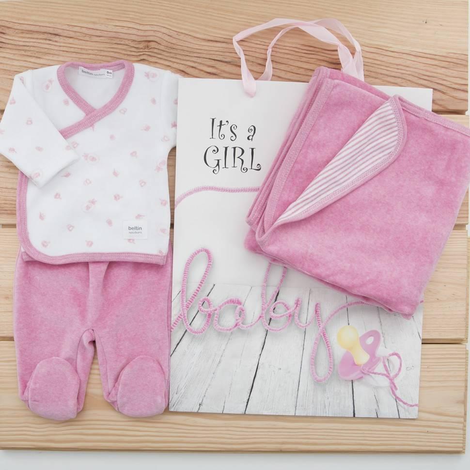 Pack recién nacido de primera puesta con jersey cruzado y pantalón con piés en terciopelo, arrullo a juego en color rosa y bolsa