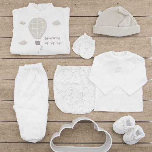 Pack recién nacido de primera puesta para bebé de camiseta y ranita estampadas beige con manoplas, gorro y patucos a juego.