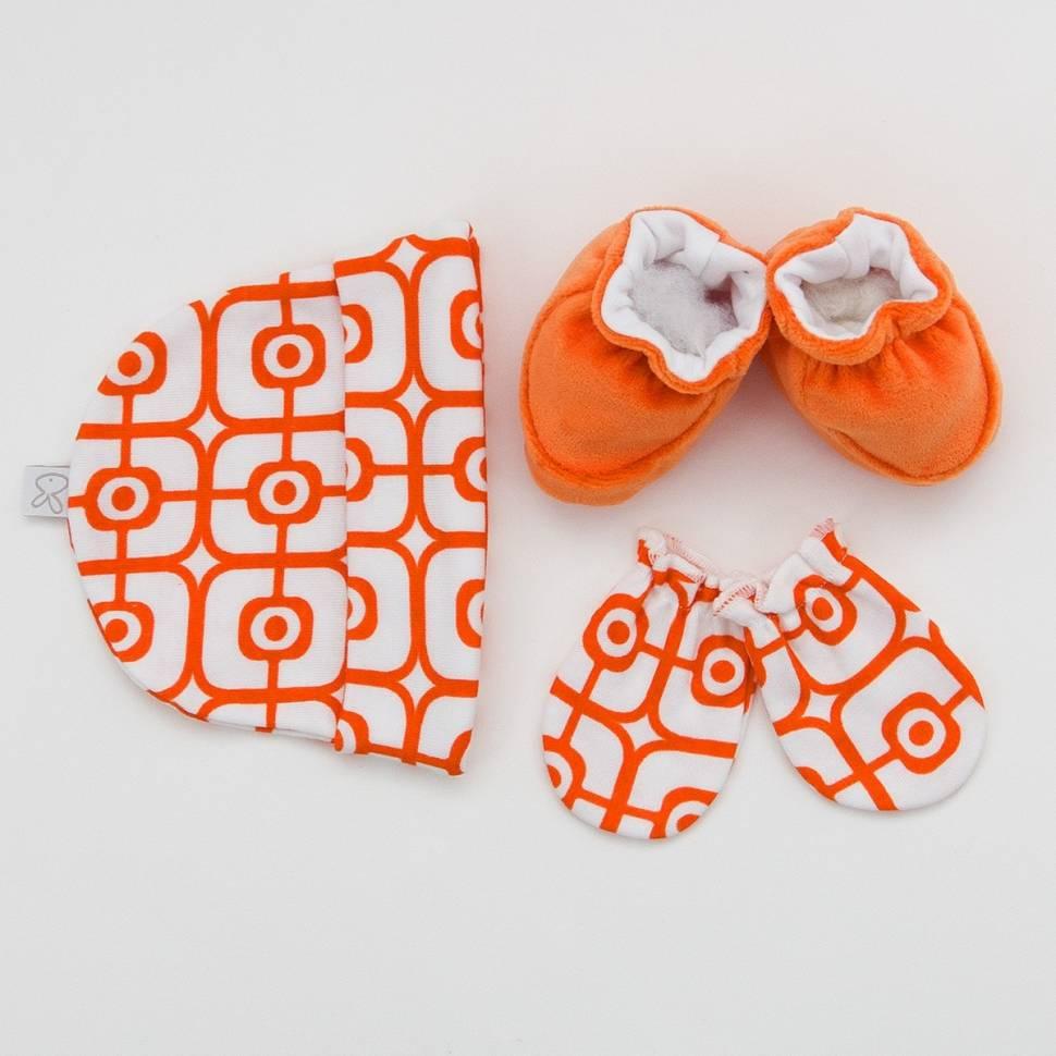 Pack recién nacido de gorrito y manopla de algodón con patucos de terciopelo en colores naranja.
