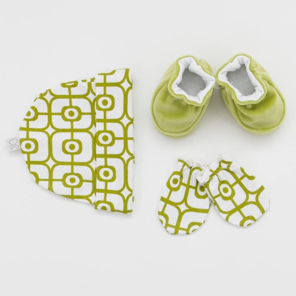 Pack recién nacido de gorrito, manoplas de algodón con patucos de terciopelo en tonos verdes.