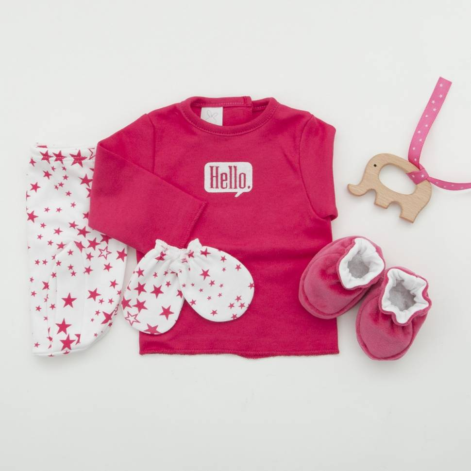 Pack recién nacido de primera puesta en color fucsia con manoplas y patucos de terciopelo a juego.